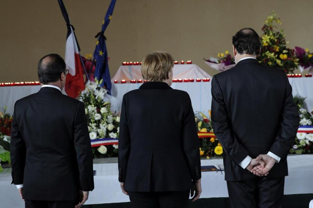 Hollande, Merkel y Rajoy muestran respeto a las víctimas en una...