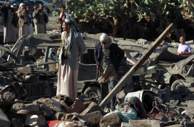 Civiles tras los bombardeos cerca del aeropuerto de Sanáa.