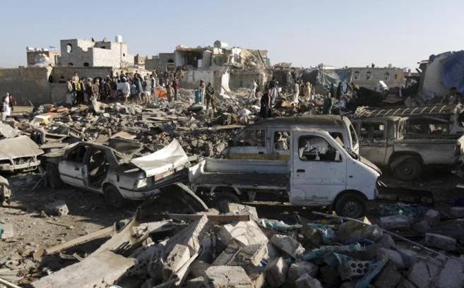 Varios yemeníes se concentran alrededor de una zona devastada por los...
