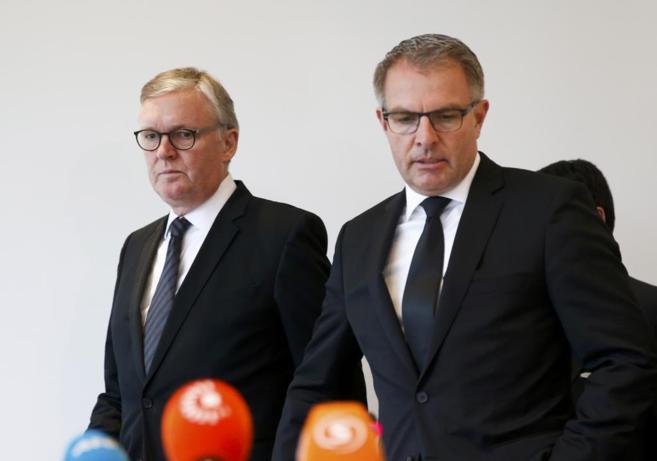 El presidente de Lufthansa, Carsten Spohr (izda) y el director general...
