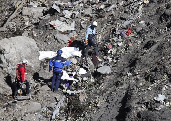 Labores de búsqueda de restos humanos en el lugar del accidente del...