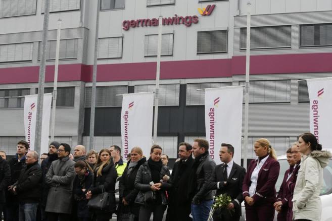 Empleados de Germanwings guardan un minuto de silencio a las puertas...