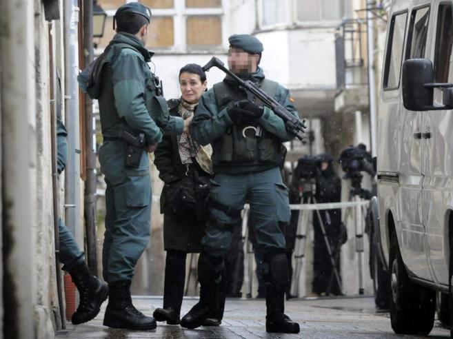 La abogada Jone Goirizelaia en la puerta del domicilio de López de...