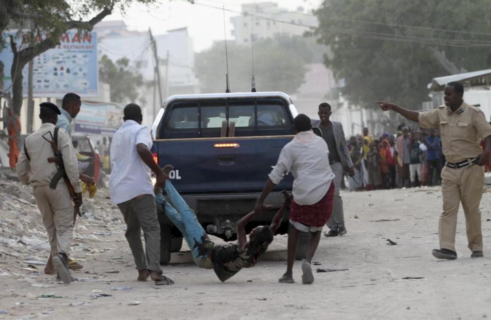 Residentes evacuan a un muchacho herido tras el ataque del grupo...