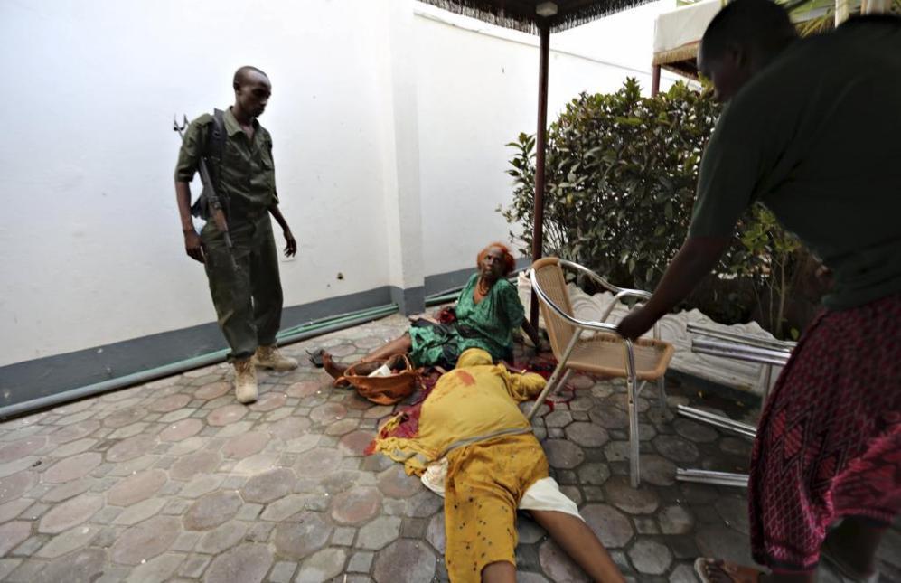 Policías somalíes aseguran a mujeres heridas por el grupo islamista...