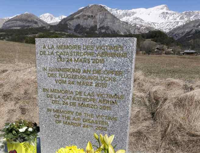 Memorial a las víctimas del accidente con mensajes en cuatro idiomas...