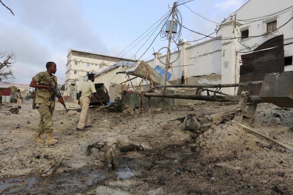 Policía del gobierno somalí asegura la zona del atentado producido...
