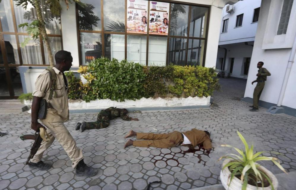 Policía somalí rodea los cuerpos de las víctimas que fallecieron en...