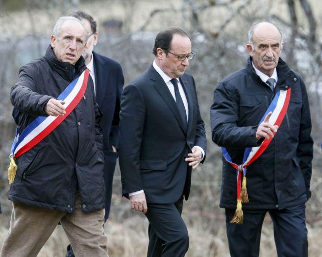 F. Balique, alcalde de Le Vernet, acompaña al presidente Hollande y a...