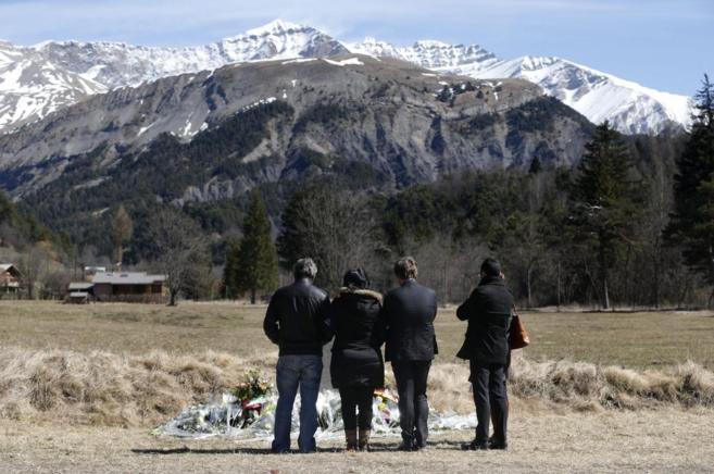 Familiares de las víctimas del accidente de avión se acercan al...