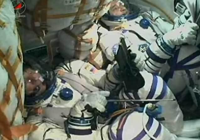 La tripulación, en la estrecha cápsula 'Soyuz', segundos...