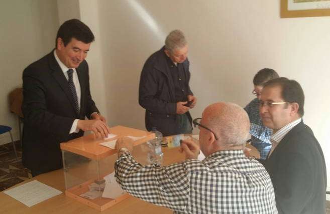 Fernando Giner ejerce su derecho a voto en la céntrica sede del...