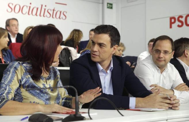 Pedro Sánchez, junto a Micaela Navarro y César Luena, en el Comité...