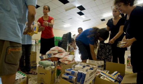 Entrega de alimentos a familias necesitadas con niños en Barcelona.