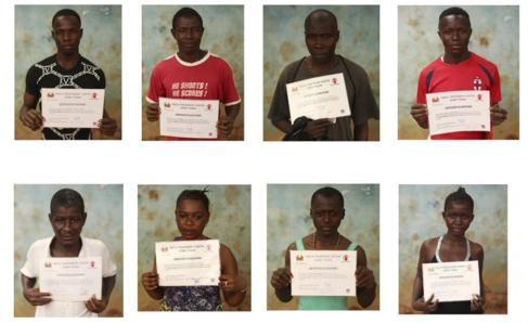 Supervivientes de ébola con su certificado de alta.
