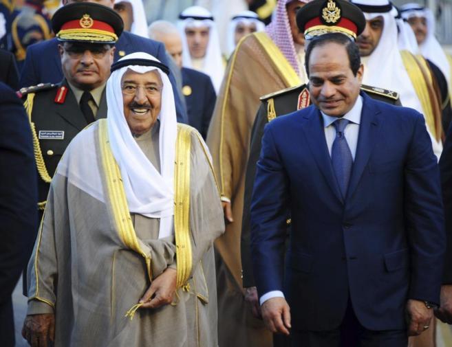 El  rey saudí, Salman, junto al presidente egipcio, Al Sisi, en Sharm...