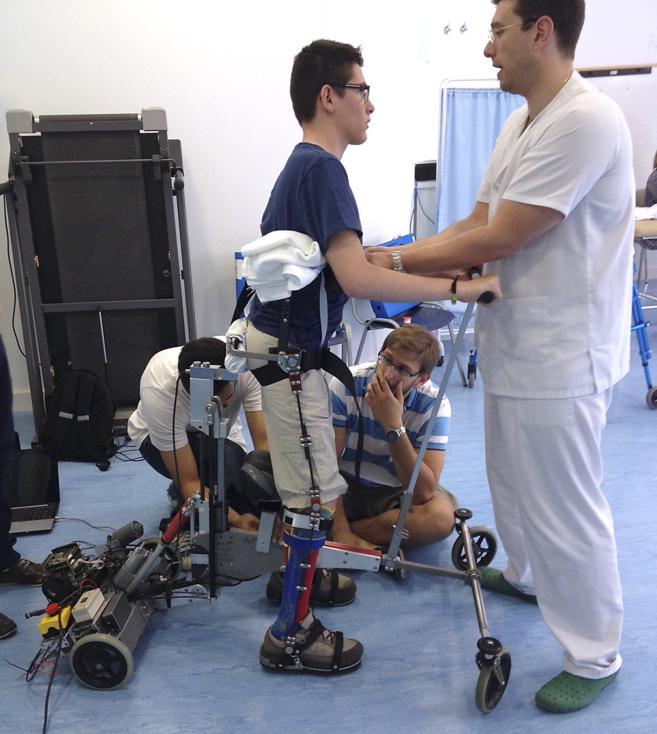 Jesús, 14 años y paralítico de nacimiento, aprende a caminar con la...
