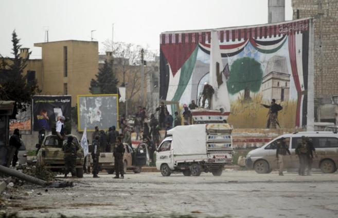 Un grupo de rebeldes en el centro de la ciudad de Idlib, tras tomar el...