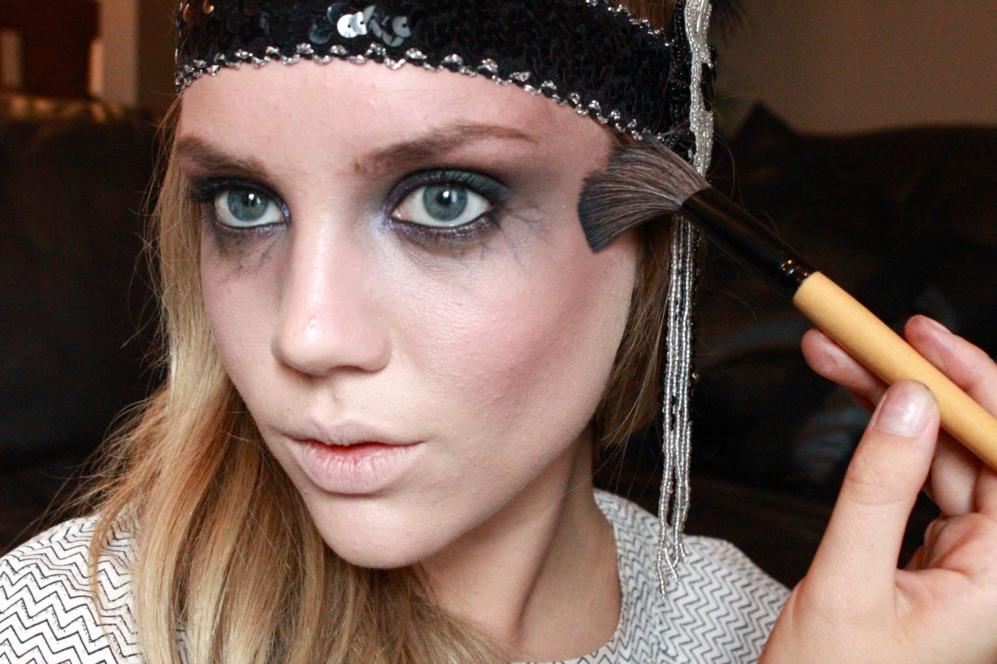 La 'blogger' Elanna Pecherle, en pleno tutorial de belleza para...