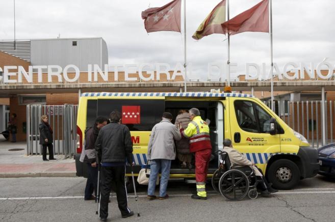 Recogida de pacientes en un centro de rehabilitación de Alcalá de...