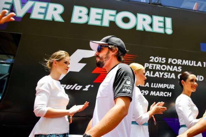 Fernando Alonso en la pista antes de la carrera.