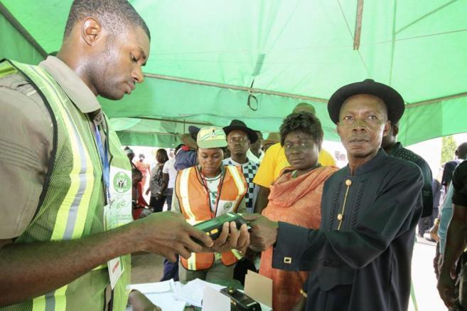 Ciudadanos nigerianos votando en uno de los centros de Otueke...