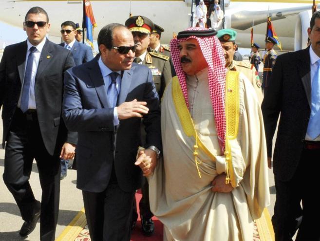 El presidente egipcio, Abdelfatah Al Sisi, hablando con el rey de...