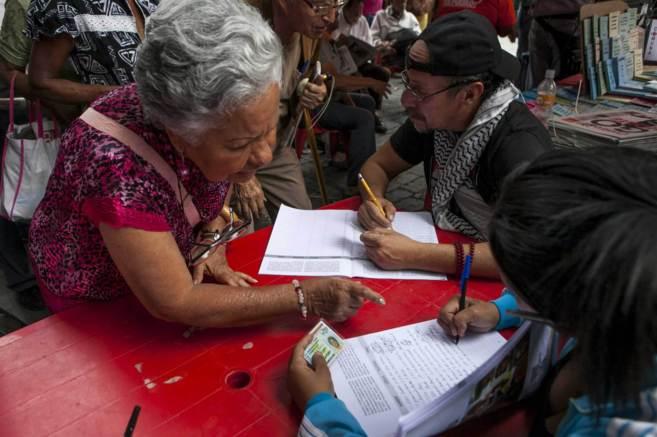Partidarios del chavismo se reúnen para firmar contra las sanciones...