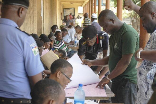 Nigerianos votan en un centro electoral en Yaba, Lagos.