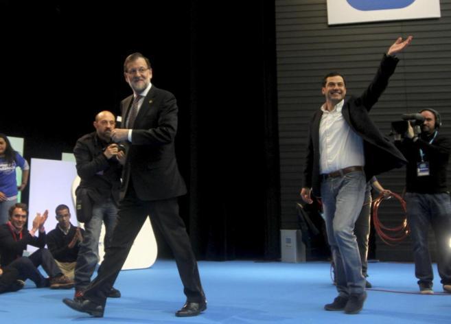Rajoy y el candidato del PP andaluz Moreno Bonilla, en el acto de...