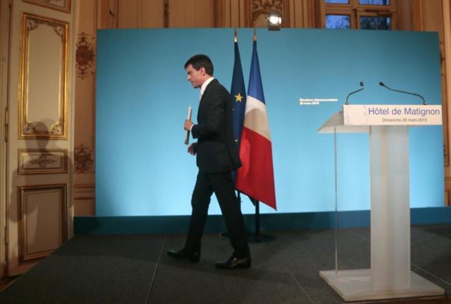El primer ministro francés, Manuel Valls, se marcha tras reconocer la...