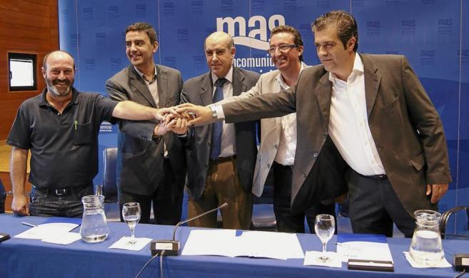 Los firmantes del acuerdo  que permite a los partidos cobrar una...