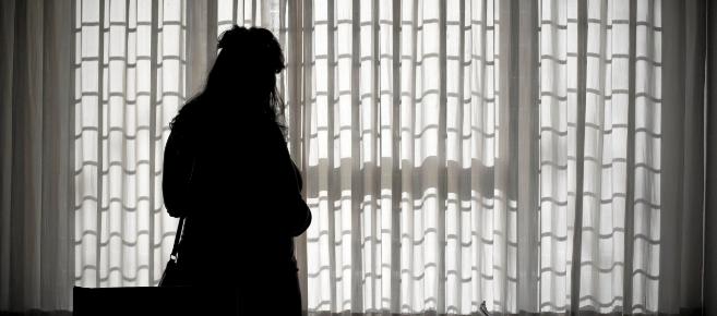 Una mujer protegida ajena a la información en un piso de acogida.
