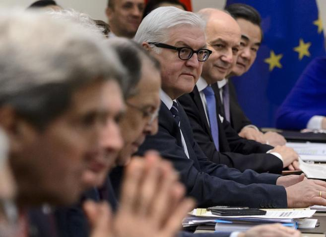 John Kerry, en primer plano, junto al resto de miembros de la mesa de...