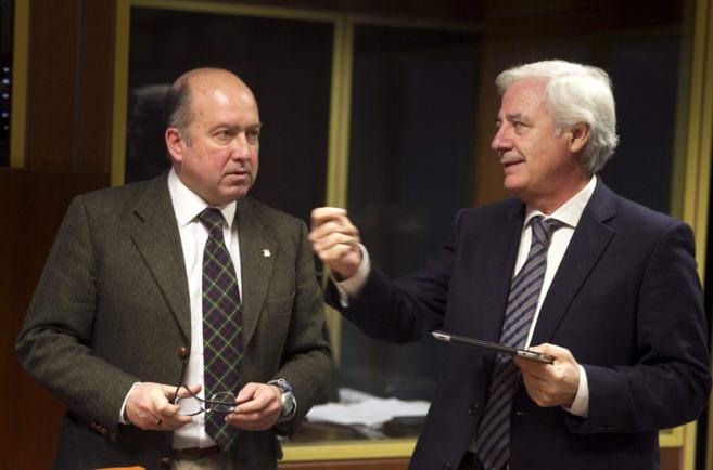 El presidente de la comisión de Salud, Carmelo Barrio, con Antonio...