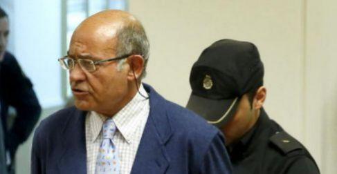 Un policía quita las esposas a Gerardo Díaz Ferrán.
