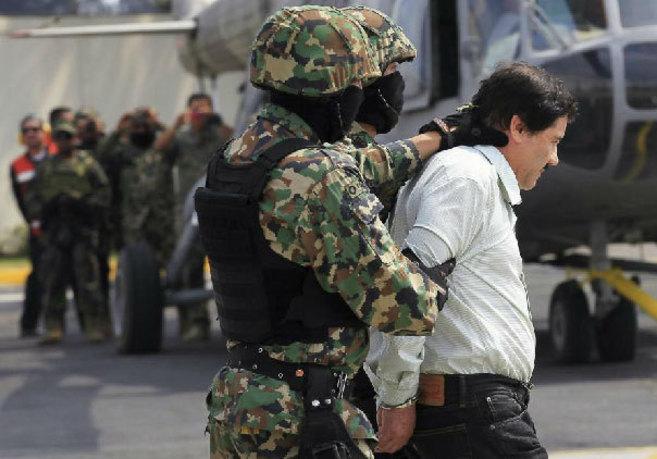 Dos soldados mexicanos trasladan al 'Chapo' Guzmán, líder...