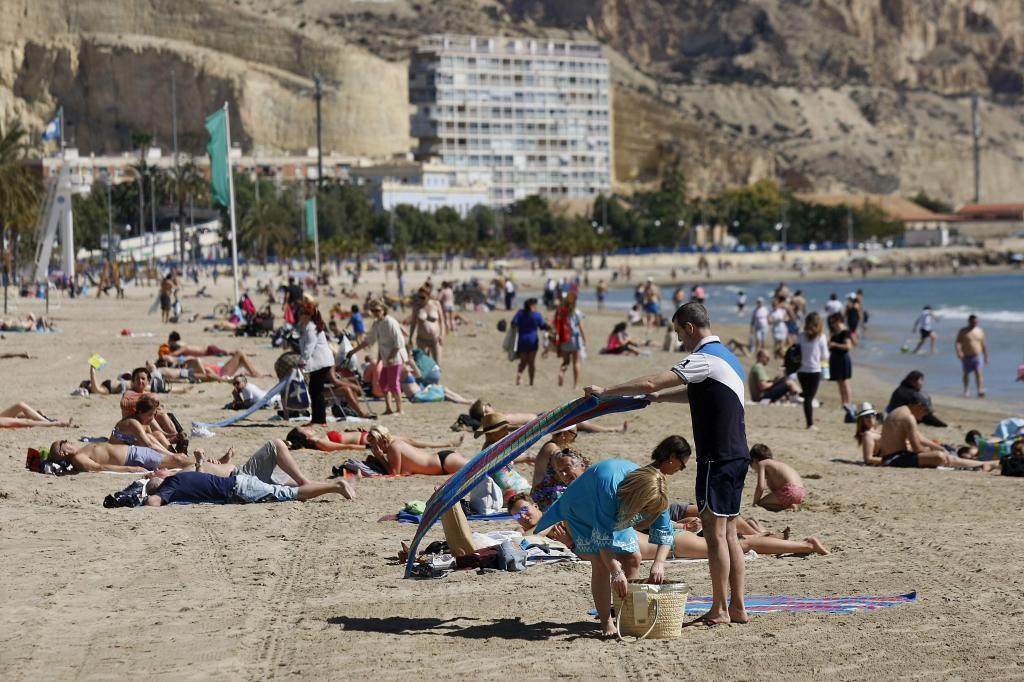 Vista de la playa del Postiguet en Alicante, donde cientos de personas...