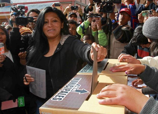 La candidata para la alcaldía de El Alto, Soledad Chapetón, emite su...