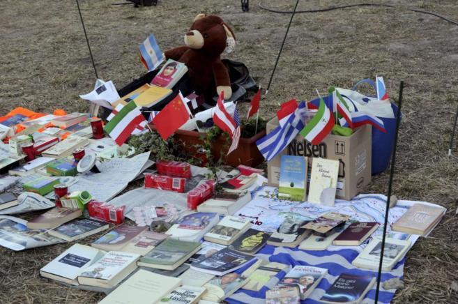 Banderas nacionales, libros y diversos artículos en memoria de las...