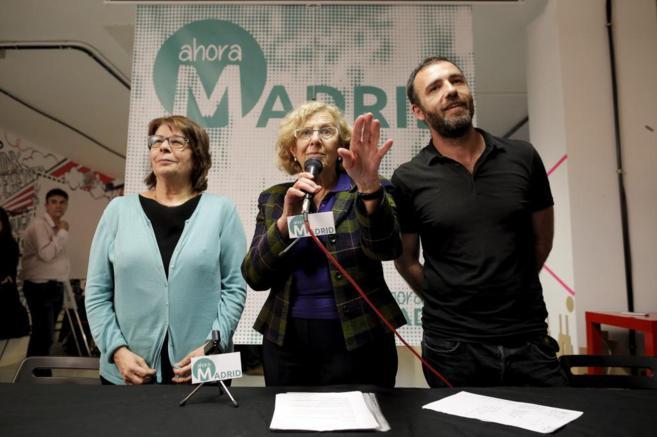 Manuela Carmena, en el medio, junto a Nacho Murgui e Ines Sabanés, en...
