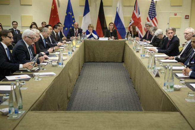 Asistentes a una reunión de los negociadores del 5+1 (EEUU, Rusia,...