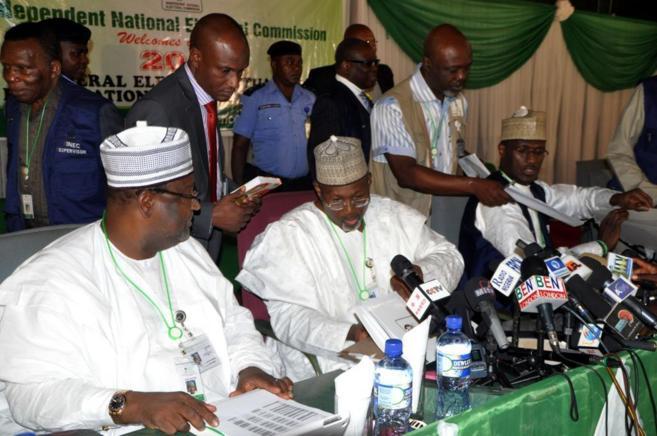 El Jefe de la Comisión Nacional Electoral, Attahiru Jega (centro),...