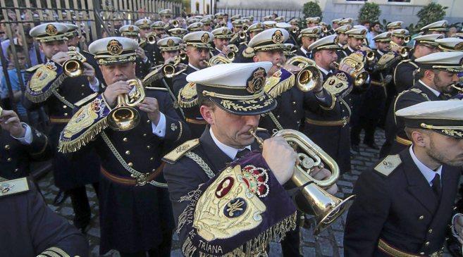 Músicos de la Esperanza de Triana tocan en el inicio de la procesión...