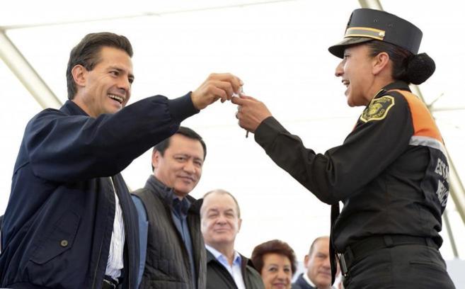 El presidente mexicano Enrique Peña Nieto durante la entrega de nuevo...