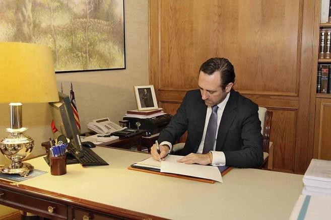El president de Baleares José Ramón Bauzá rubrica la disolución...