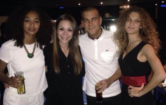 Mario Casas con su novia Berta Vázquez durante su fiesta de...