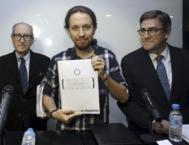Pablo Iglesias flanqueado por Vincenç Navarro y Juan Torres.