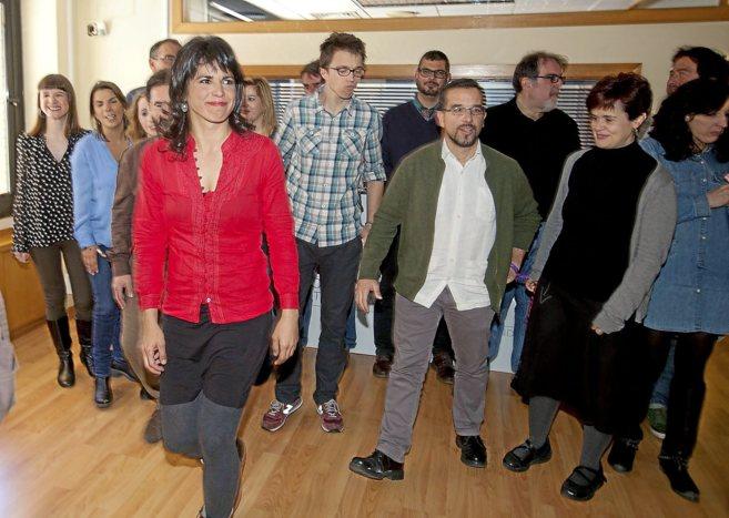 Teresa Rodríguez, Sergio Pascual (con chaqueta verde) e Íñigo...