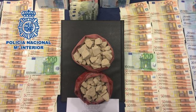 Parte de la droga y dinero incautado en la operación.